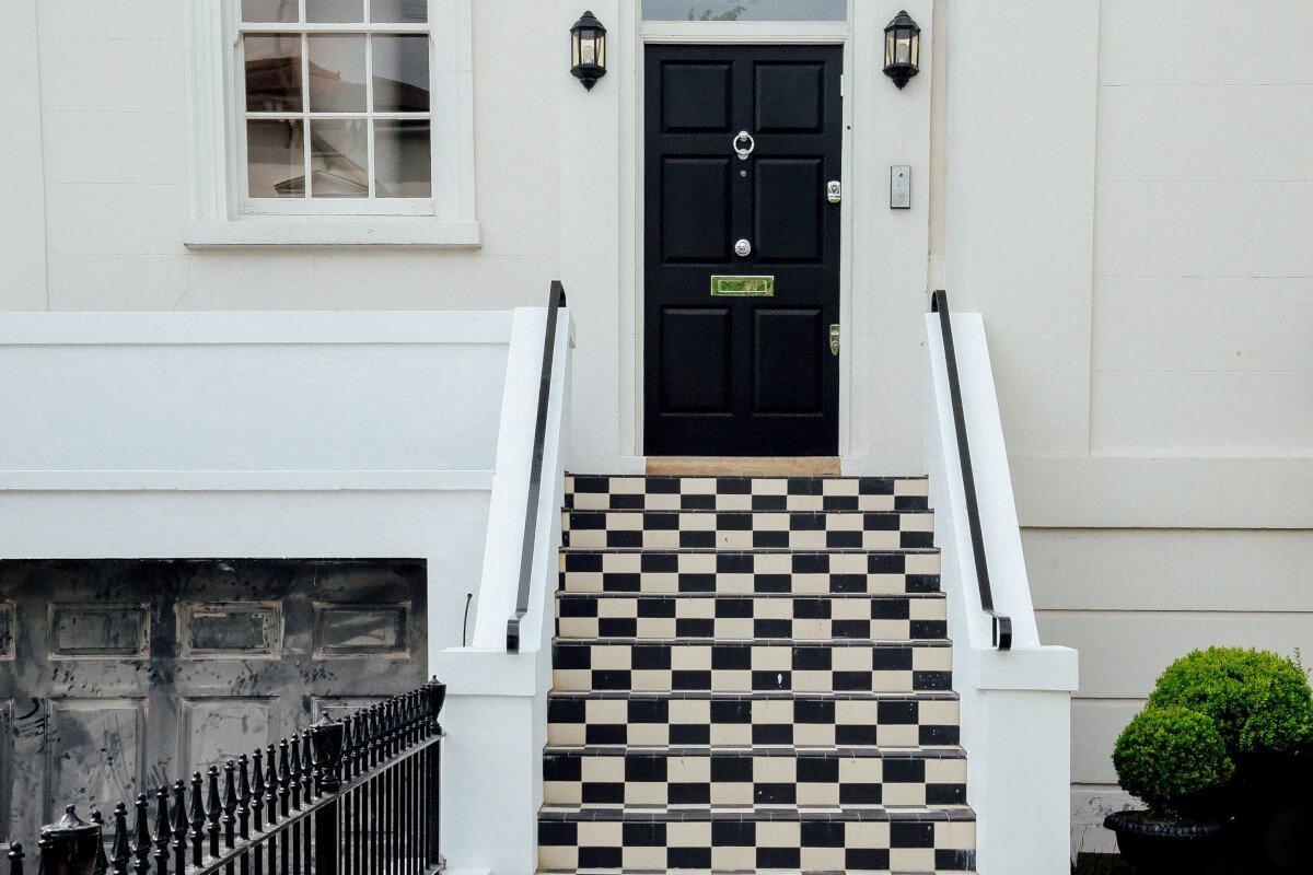 входна-врата-със-стълби